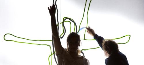 Werther* *ziemlich frei nach Goethe Premiere am 9. Oktober 2010 Mit Sarah Kempin, Torsten Hermentin, Alexander Redwitz Regie Christian M¸ller AusstattungGitti Scherer Daramatugie Christian Schˆnfelder Werther liebt Lotte, nein, er betet sie an. Auch Albert liebt Lotte und wird immer f¸r sie da sein. Aber Lotte? Die scheint beide zu lieben - jeden auf seine Art. Und beide will sie nicht missen. Eine Zeitlang gelingt den dreien tats‰chlich das vermeintlich Unmˆgliche: Sie leben eine Dreiecksbeziehung, rein platonisch nat¸rlich. Zugleich stehen die drei Figuren prototypisch f¸r das Weltbild der Romantiker am Ende des 18. Jahrhunderts: In einer entzweiten Gesellschaft in der sich rationales Denken auf der einen Seite und die Welt der Gef¸hle auf der anderen Seite einander heftig bek‰mpfen. Das Experiment ist zum Scheitern verurteilt. Obwohl keine der Figuren wirklich Fehler macht, entgleitet ihnen das Spiel, verlieren sie die ‹bersicht, sind sie ihren eigenen Gef¸hlen irgendwann nicht mehr gewachsen. Die M‰nner mit ihren so unterschiedlichen Weltsichten grenzen sich immer eindeutiger vom anderen ab, die Ansichten und Ideale werden wechselseitig zunehmend unertr‰glich. Vor allem aber steigt die erotische Spannung zwischen Werther und Lotte, die sich nicht entladen darf, weil dann sofort alles vorbei w‰re. - Oder Lotte sich gegen Albert, gegen seine Gelassenheit, seinen Erfolg und nat¸rlich auch die materielle Sicherheit entscheiden m¸sste. So leidet Werther. An der Liebe. An Lotte. An den Umst‰nden. An der Gesellschaft. An den Menschen. An sich selbst. Kurzum am Leben. Goethes vielfach autobiographisch eingef‰rbter Roman ªDie Leiden des jungen Werthers´, in der ersten Fassung von 1774 ganz dem Sturm und Drang verwachsen, in der ¸berarbeiteten Version von 1787 klassisch gegl‰ttet, gehˆrt sicherlich zu den meist gelesenen und interpretierten Werken der deutschen Literatur. In seiner Inszenierung am JES r¸ckt Regisseur Christian M¸ller das komplizierte Beziehungsgeflecht
